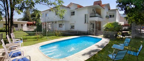 Fachada y piscina del Hotel Santa Rosa